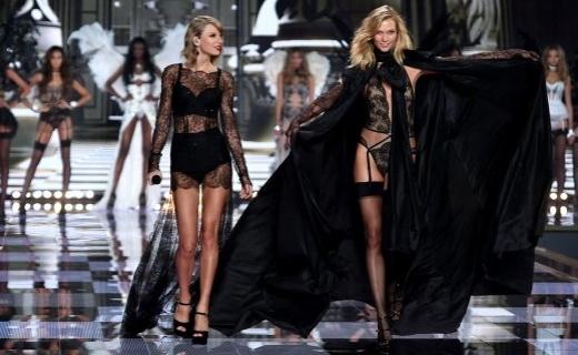Victorias Secret fashion show London. Taylor Swift and Karlie Kloss