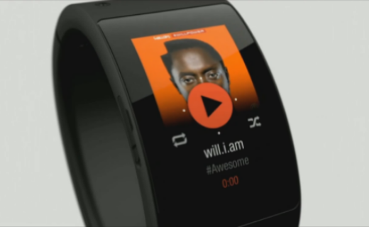 the Puls smart cuff with image of Will.i.am on the screen